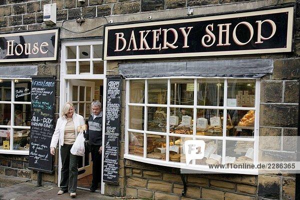 Großbritannien  England  North Yorkshire  Haworth  Main Street  Bakery Shop  Paar  Einkaufen