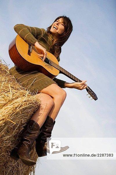 Frau Gesang und Gitarre auf dem Lande