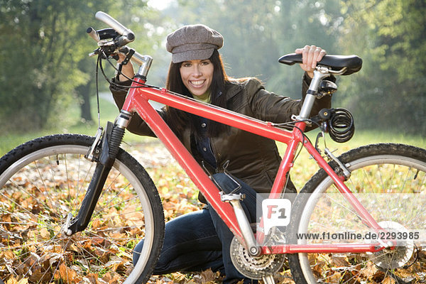 Junge Frau mit Fahrrad  Portrait