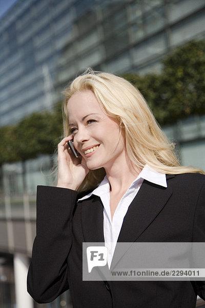 Geschäftsfrau telefoniert  Portrait