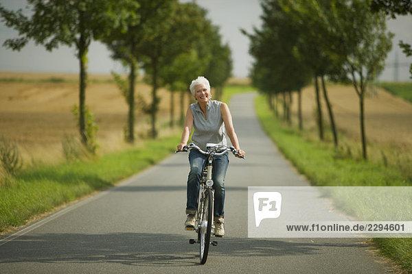 Seniorin beim Radfahren auf der Straße