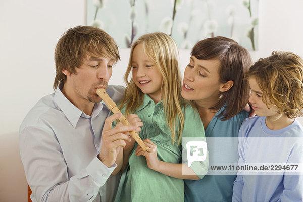 Familie im Wohnzimmer  Vater spielt Blockflöte  Porträt