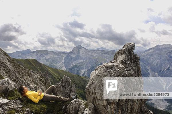 Österreich  Salzburger Land  junge Frau entspannend