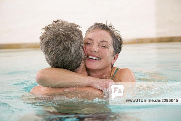 Erwachsenes Paar im Schwimmbad  Portrait