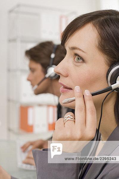 Geschäftsleute mit Kopfhörern