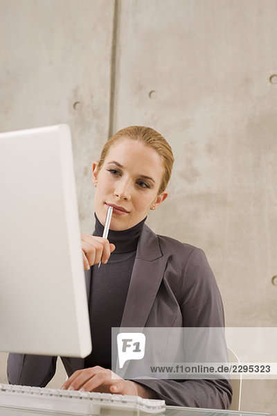 Geschäftsfrau am Computer  Porträt