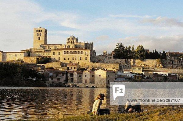 Zamora romanische Dom (Jahrhundert) und der Douro Fluss  Via De La Plata  Provinz Zamora  Castilla y León  Spanien