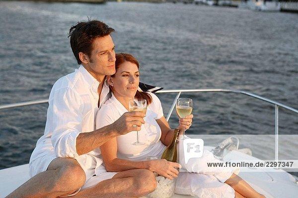 Paar auf eine Sonnenuntergangskreuzfahrt