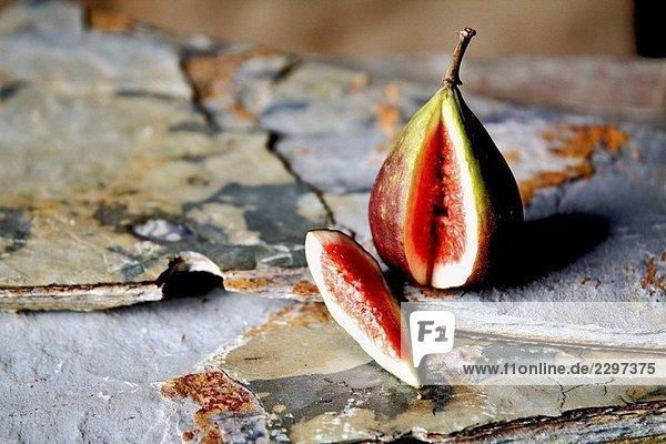 Scheiben Fig auf broken Schiefer