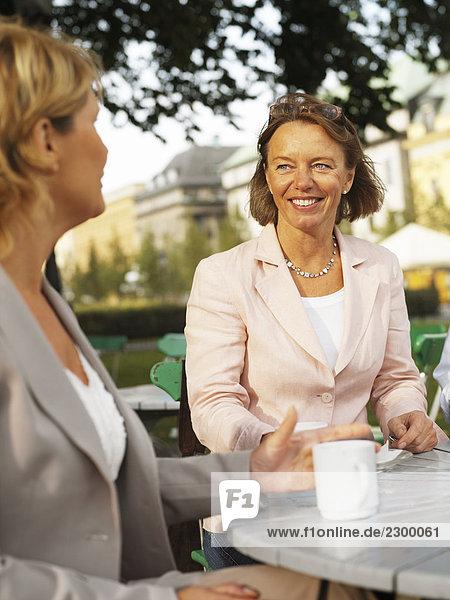 Zwei Frauen having a Coffee Außenaufnahme