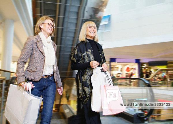 Zwei glückliche Frauen beim Einkaufen