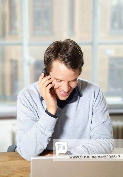 Mann spricht im Handy