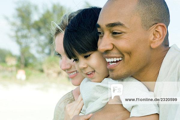Familie Wange an Wange  zusammen lächelnd  Seitenansicht