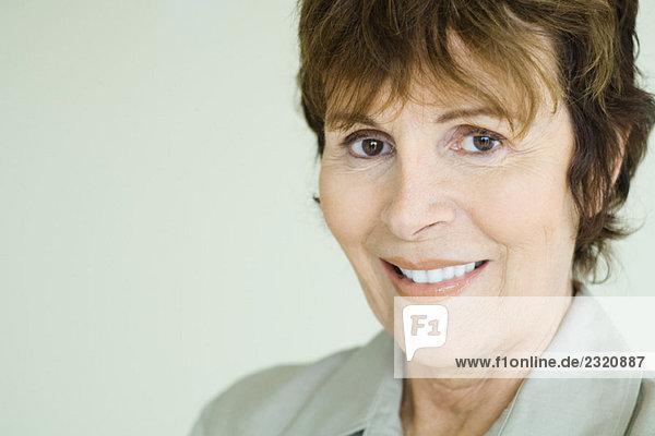 Seniorin lächelt vor der Kamera  Nahaufnahme  Porträt