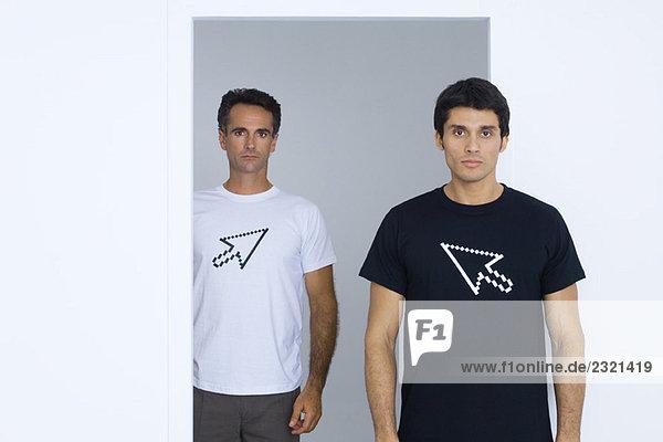 Zwei Männer in T-Shirts mit Computer-Cursor bedruckt