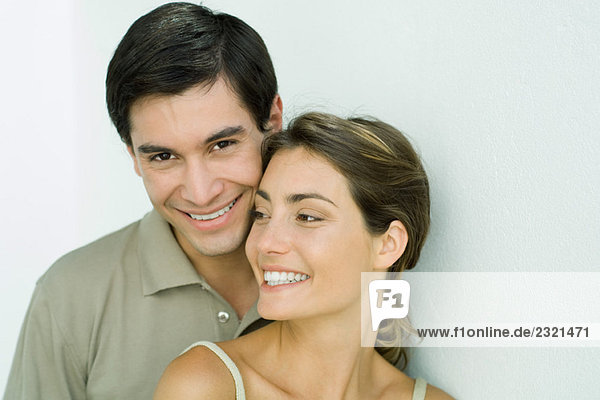 Junges Paar lächelnd  Wange an Wange  Portrait
