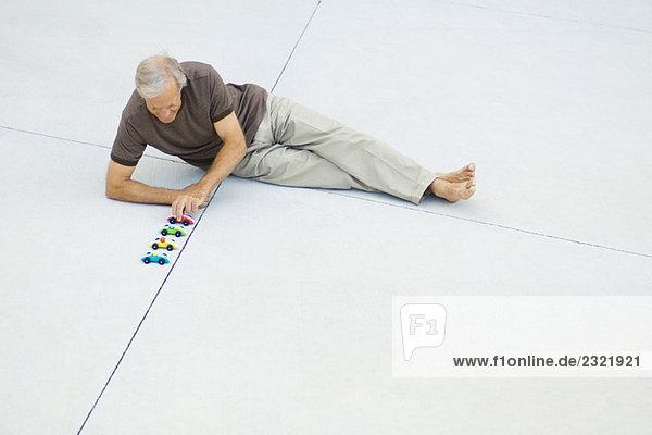 Erhöhte Ansicht Aufsicht sitzend Mann Boden Fußboden Fußböden reifer Erwachsene reife Erwachsene