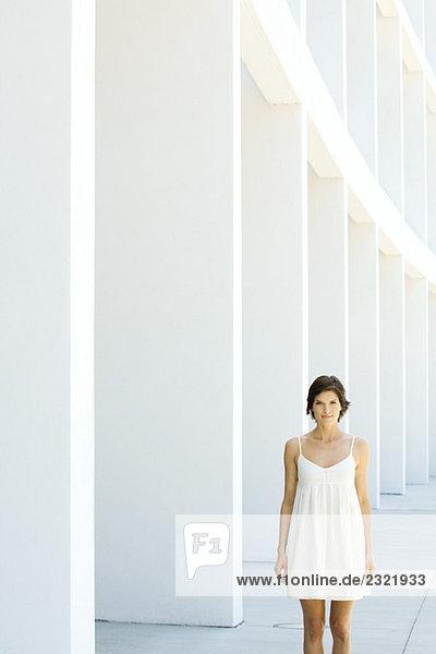 Frau in Sommerkleid im freien stehend  Lächeln in die Kamera Frau in Sommerkleid im freien stehend, Lächeln in die Kamera