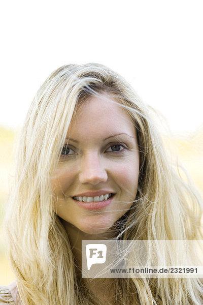 Frau Lächeln in die Kamera  Portrait