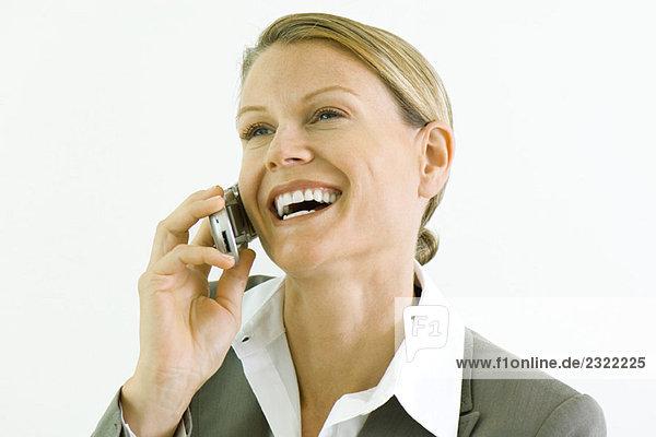Geschäftsfrau mit Handy  Lächeln  Wegsehen