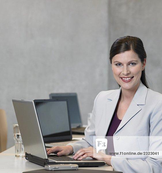 Porträt von geschäftsfrau mit Laptop und lächelnd