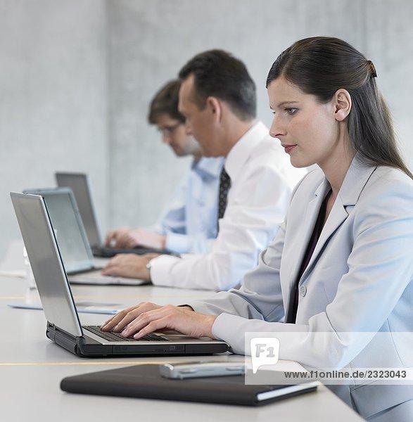 Geschäftsleute arbeiten in office