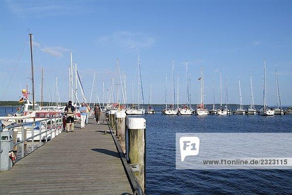 Menschen am Pier  Rügen  Mecklenburg-Vorpommern Deutschland