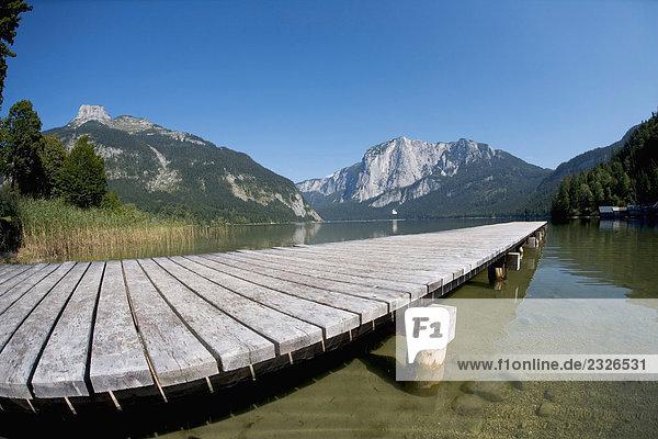 Stillleben mit hölzerne Pier auf See in alpiner Landschaft