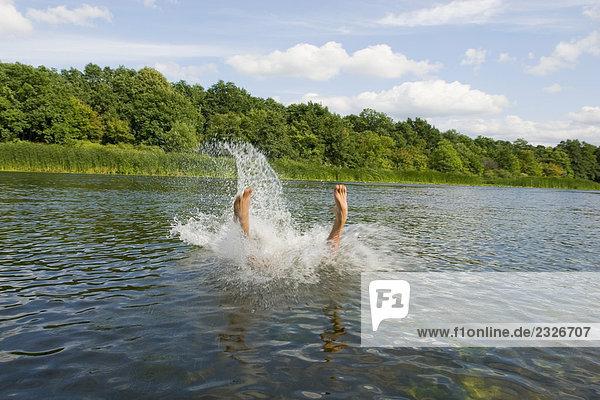 Man Tauchen in See im Sommer