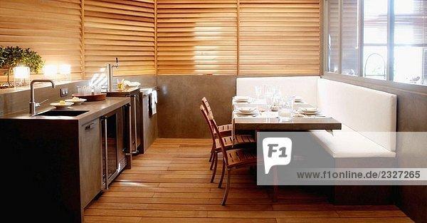 Modernes Interieur. Loft. Küche und Wohnzimmer.