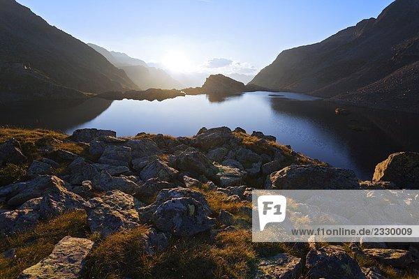 Sonnenaufgang über Berg  See Wangenitzsee  Nationalpark Hohe Tauern  Kärnten  Österreich