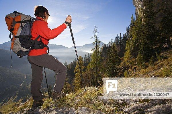 Wanderer auf Berg mit Rucksack  Ausseer Land  Bergwandern  Totes Gebirge  Salzkammergut  Österreich
