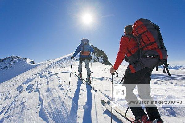 Rückansicht des zwei Bergsteiger auf polar Landschaft  Ennstal  Obersteiermark  Obertal  Vetternspitze  Österreich