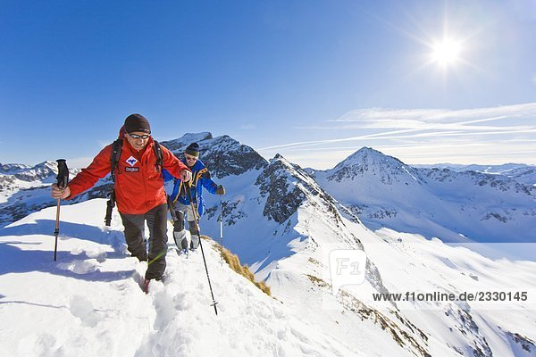 Zwei Bergsteiger Wandern am Berg  Ennstal  Obersteiermark  Obertal  Sauberg  Österreich
