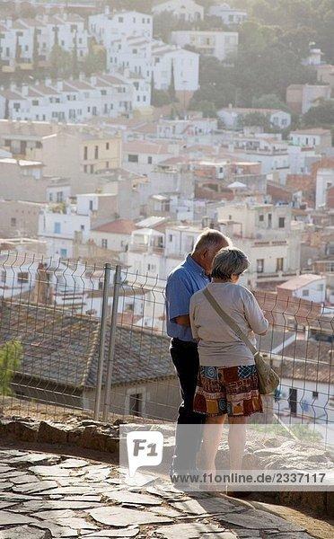 Paar in der mittelalterlichen Stadt von Tossa de Mar in der Costa Brava  Katalonien  Spanien