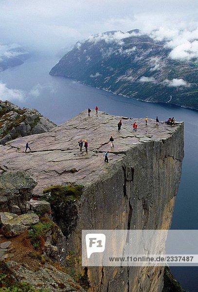 Preikestolen. Preikestolen. 600 Meter über LyseFjord. Lösen Sie Fjord  in Ryfylke Bezirk. Rogaland Region. Es ist die beliebteste Wanderung in Stavanger Bereich.