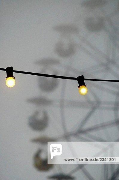 Glühbirnen in Nebel  Tibidabo Vergnügungspark  Barcelona. Katalonien  Spanien (August 2005)