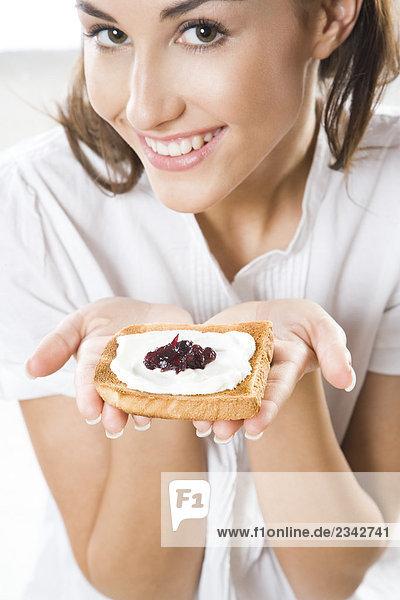 Frau Essen Toast mit Hüttenkäse und jam