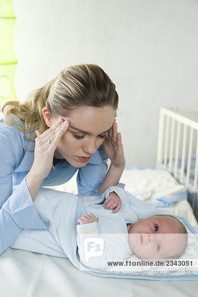 Mutter mit Kopfschmerzen