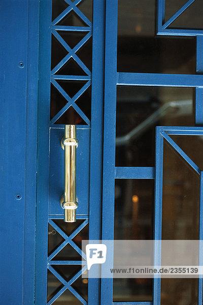 Metall- und Glastür mit Griff  Nahaufnahme