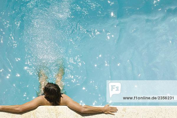 Erhöhte Ansicht Aufsicht Mann in Schwimmbad