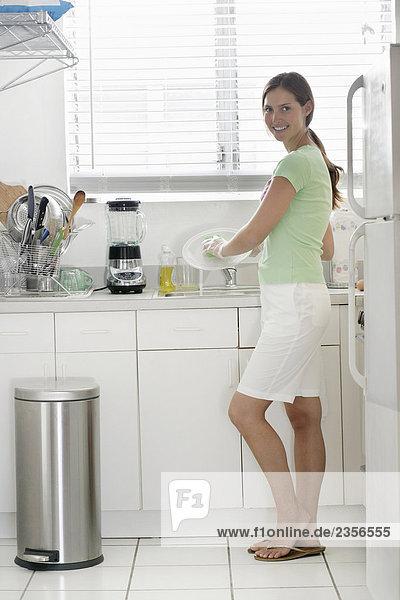 Frau waschen dish
