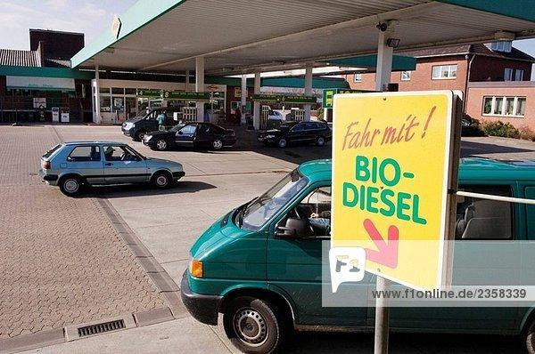 Diesel mit Coleseedoil  ein sauberer Kraftstoff - It´s reduzieren die Schmutz und Ruß Partikel in der Luft - zu erhalten. Deutschland  Bocholt (März 2006)