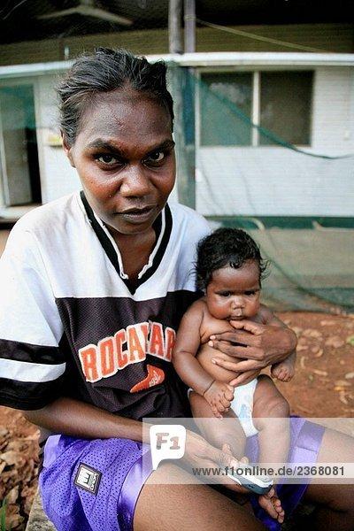 Mutter und Kind in Aborige Gemeinschaft von Wugularr (aka Beswick)  Arnhem Land  Northern Territory  Australien