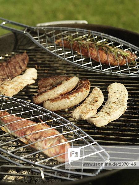 Nahaufnahme Fisch und Würste auf Barbecue-grill