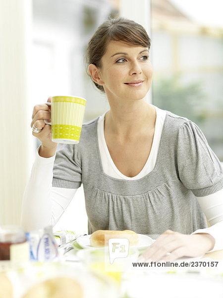 Frau dem Frühstück und lächelnd