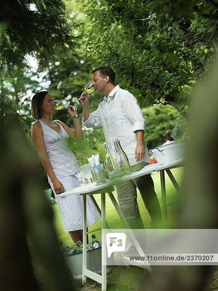 Paar trinken Wein im Garten