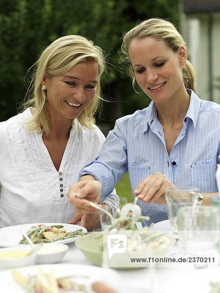 Nahaufnahme Frau servieren zu ihrem Freund