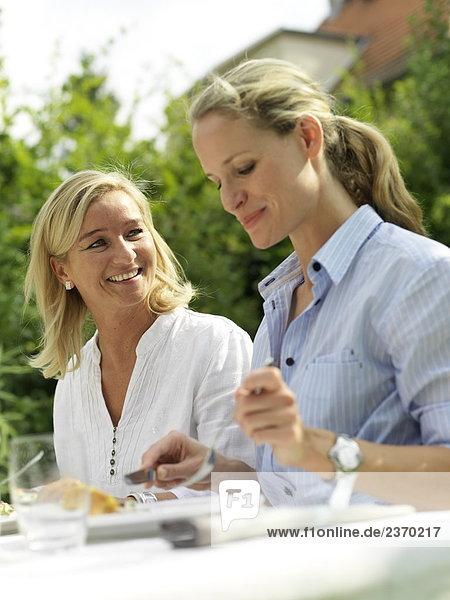 Zwei Frauen Essen im Garten
