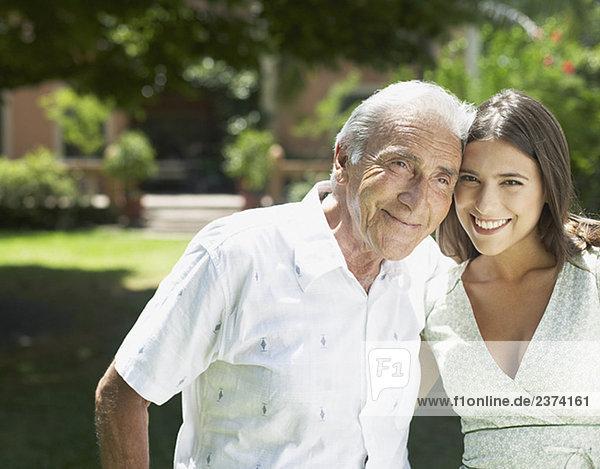 älterer Mann Außenaufnahme mit Arm um Lächelnde Frau